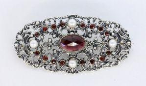 BROSCHESilber mit Granat und 4 Perlen. L.6cmA BROOCH Silver with garnet and 4 pearls. 6 cm lo
