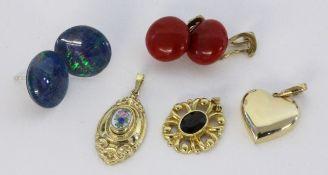 LOT 5 TEILE SCHMUCK Paar Ohrstecker mit Opaltripletten und Anhänger mit Email, Silber vergoldet.