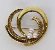 BROSCHE 585/000 Gelbgold mit 3 Perlen. D.30mm, Brutto ca. 3,8g A BROOCH 585/000 yellow gold with 3