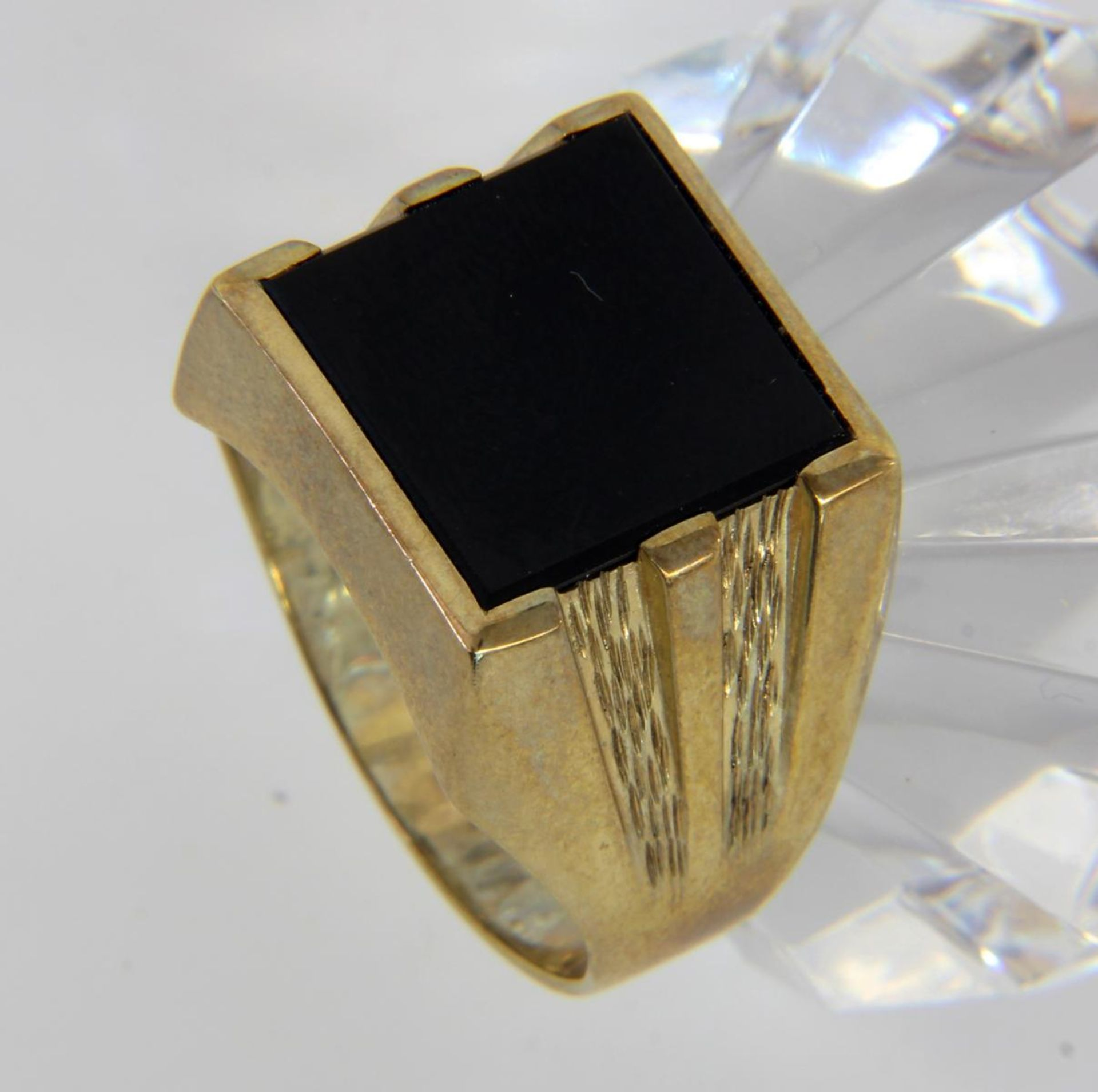 HERRENRING 333/000 Gelbgold mit Onyx.