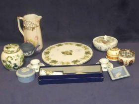 A mixed lot of thirteen items of ceramics to include Royal Worcester cake stand & knife, Wedgwood