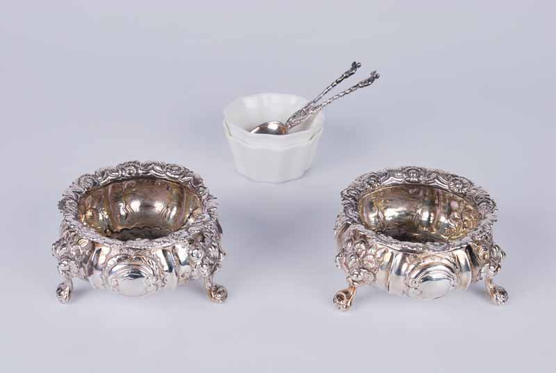 A pair of Regency period silver cauldron salts, London 1822 by John Wakefield, with floral - Image 2 of 3