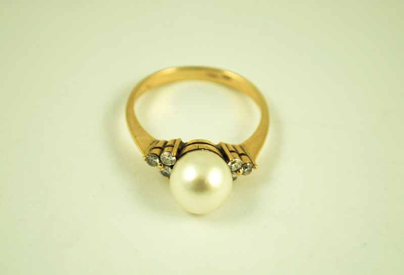 An 18 ct gold Hong Kong cultured 8 mm pearl solitaire ring with chip diamond set shoulders P 1/2 3.