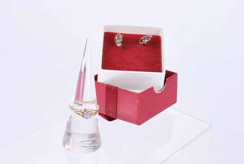 Pair of pale sapphire earings & rings 4g