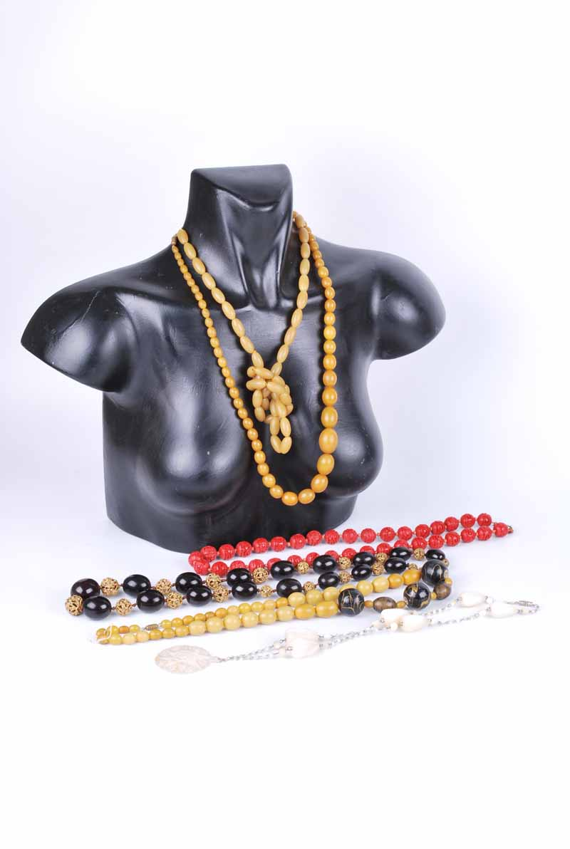 A dark cherry amber style and metal bead necklace 64 cm L, a cinnabar lacquer necklace 67 cm L, - Image 2 of 2