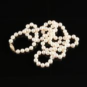 A 14K YELLOW GOLD AND PINK PEARL MATINEE LENGTH NECKLACE, 20TH CENTURY, 97 very pale pink pearls