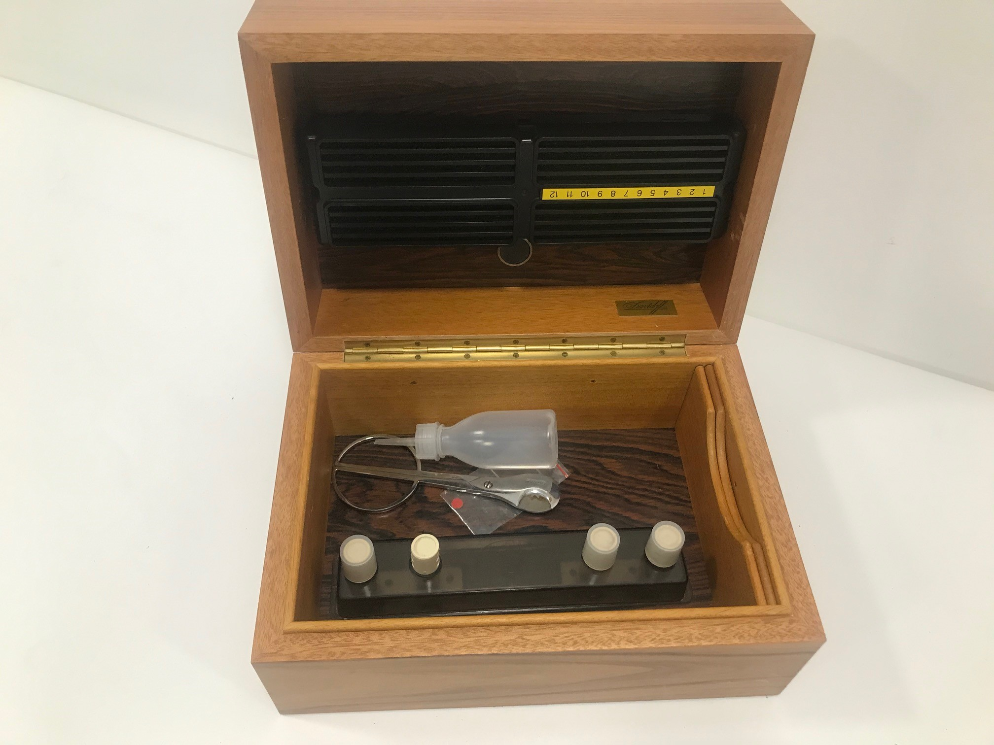 A nice Davidoff wooden cigar humidor, 27.5cm wide, 14cm high and 19cm deep, with a pair of - Image 2 of 2