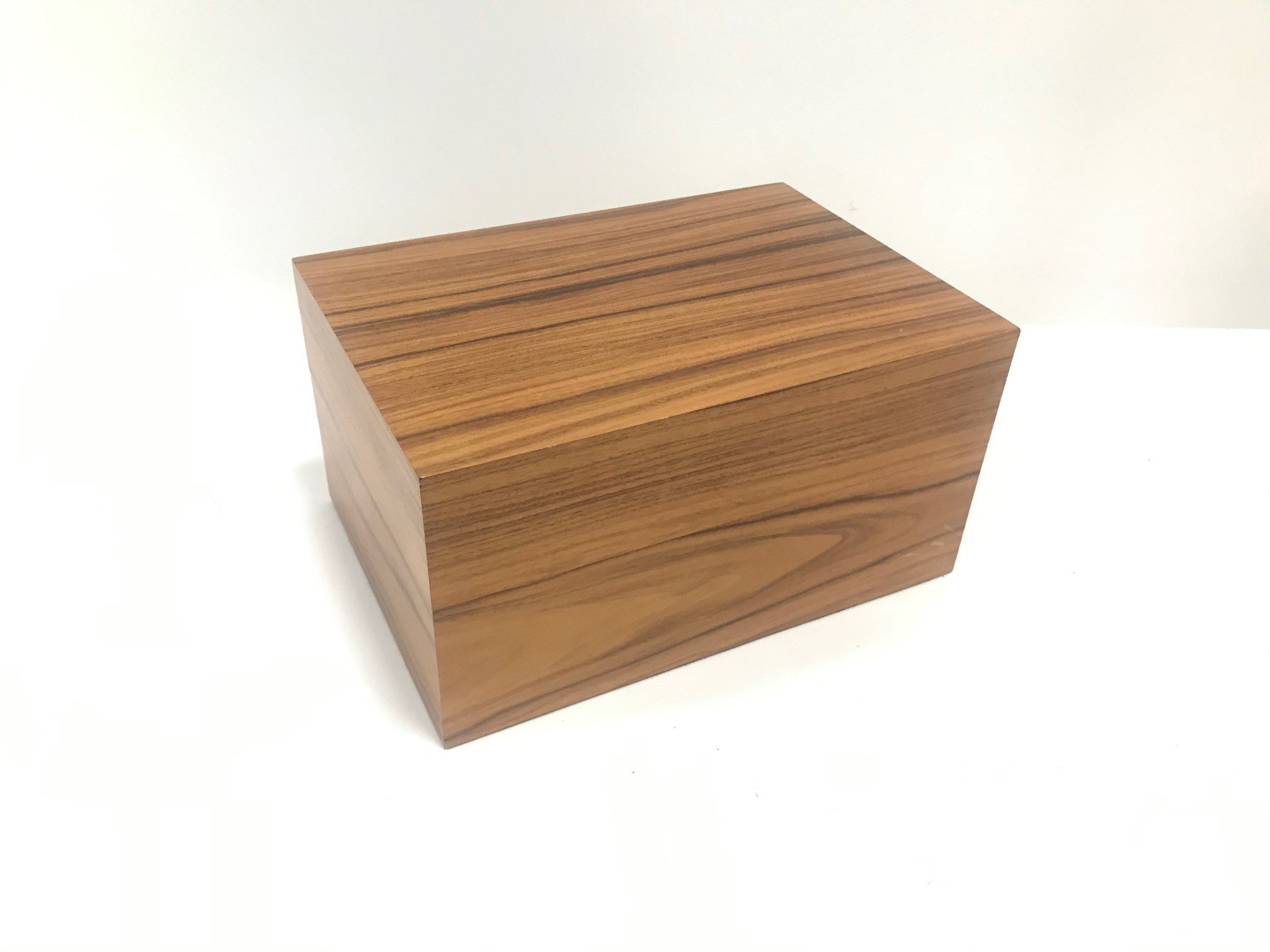 A nice Davidoff wooden cigar humidor, 27.5cm wide, 14cm high and 19cm deep, with a pair of
