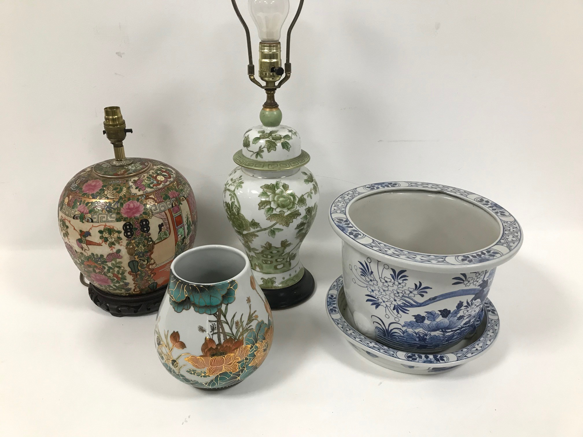Four modern items of oriental ceramics, incuding a blue and white jardeiere and stand, chipped, a