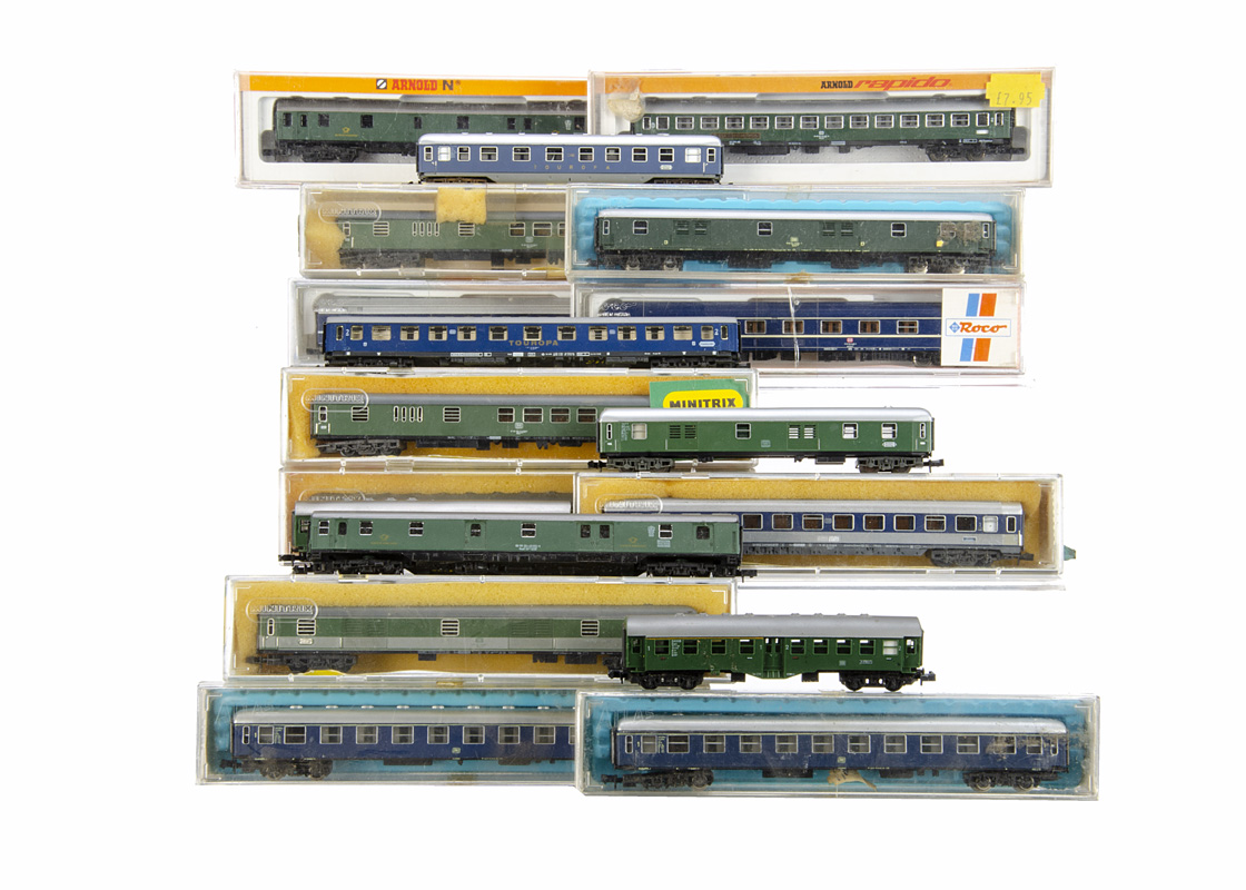 German N Gauge Coaches, all of the DB, in green livery, Arnold 3280, 3221 (cased and uncased