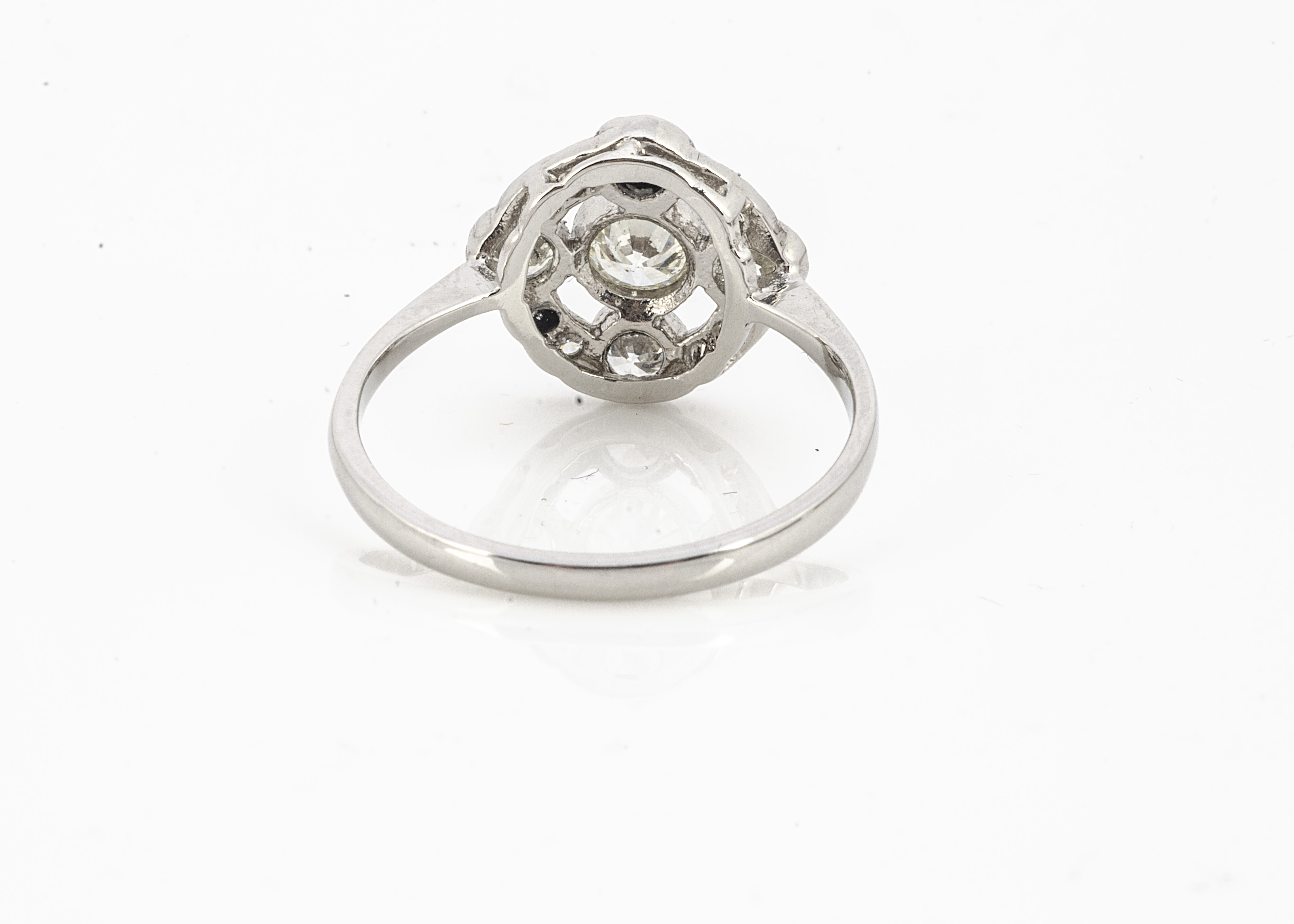 An Edwardian style diamond target ring, all in white metal stamped PLAT, brilliant cuts in colette - Image 2 of 2