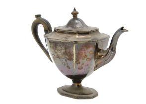 An Edwardian silver tea pot by Thomas Bradbury & Sons, octagonal footed form, 15.7 ozt, Sheffield