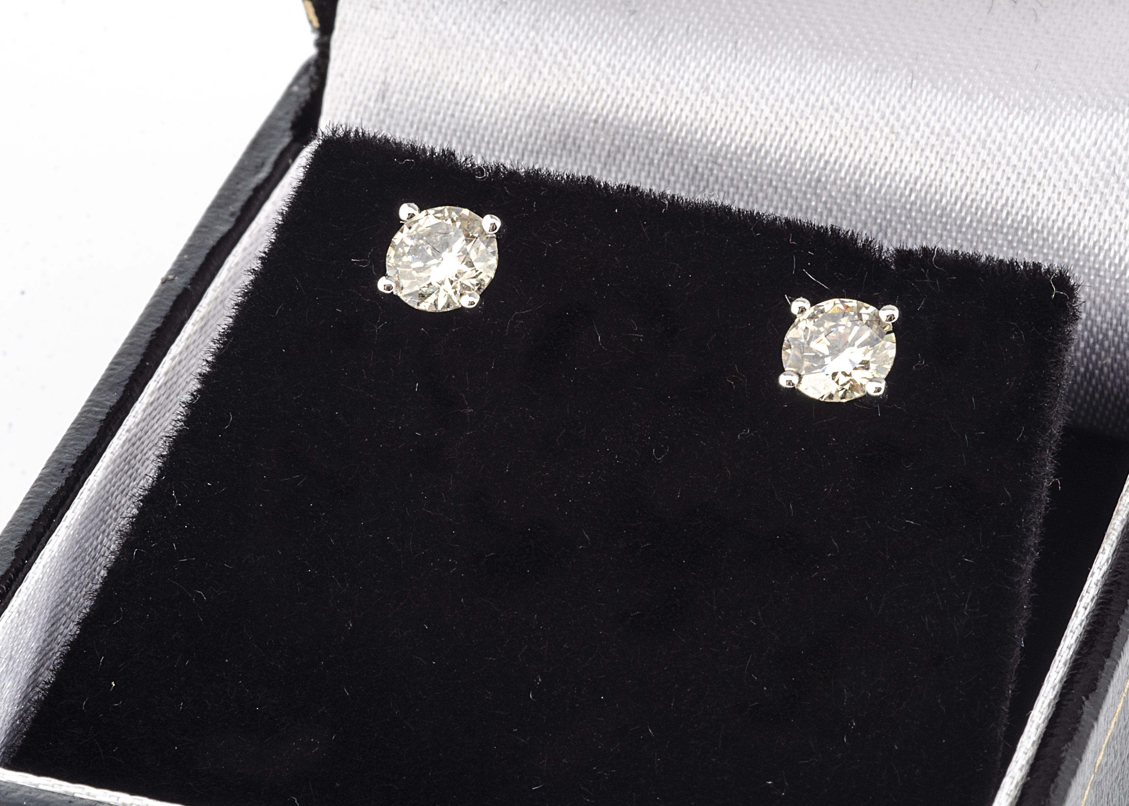 A pair of brilliant cut white gold diamond stud earrings, 0.87ct, marked 750, boxed