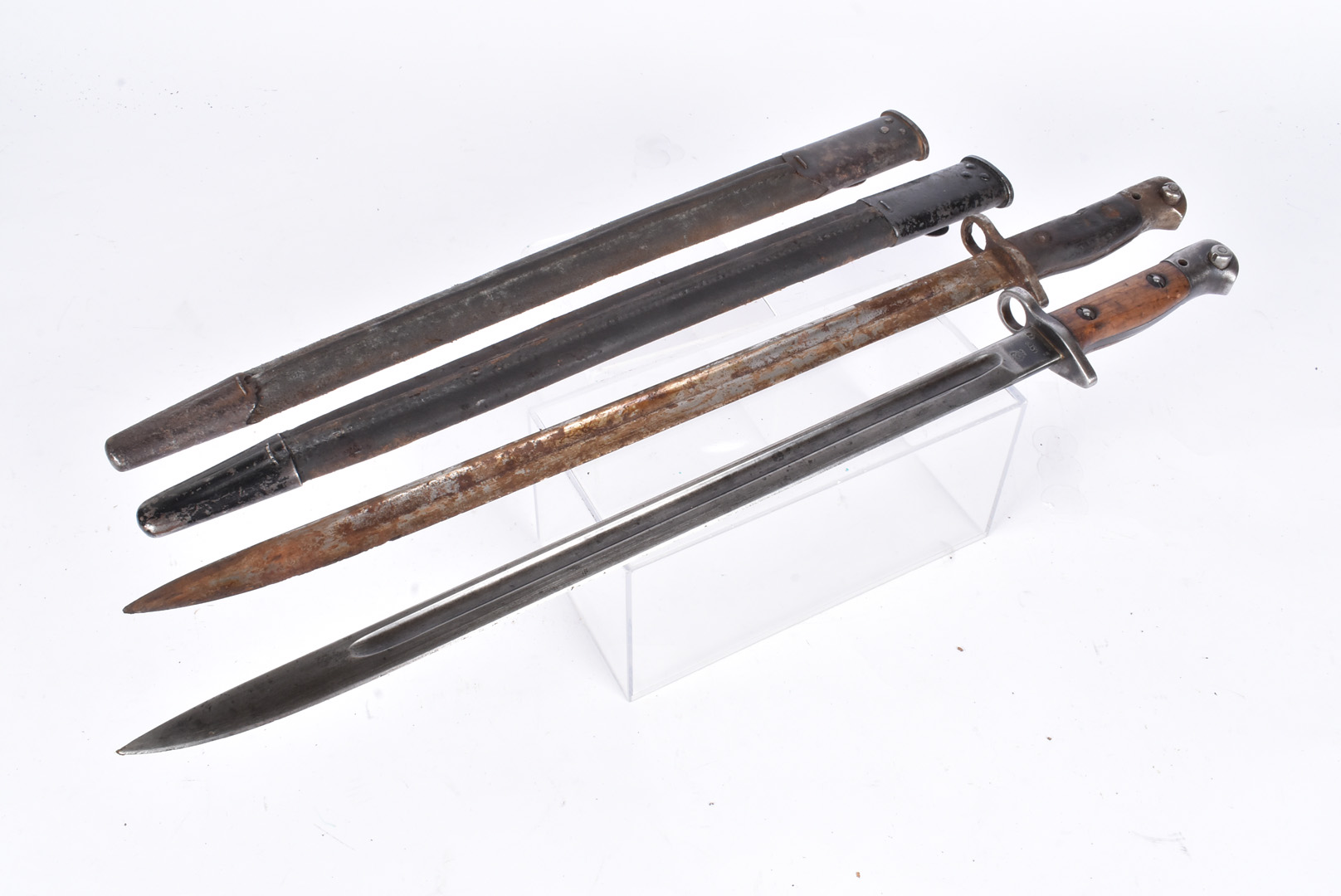 An Indian marked 1907 SMLE bayonet by Sanderson, dated 29, complete with leather and steel scabbard,