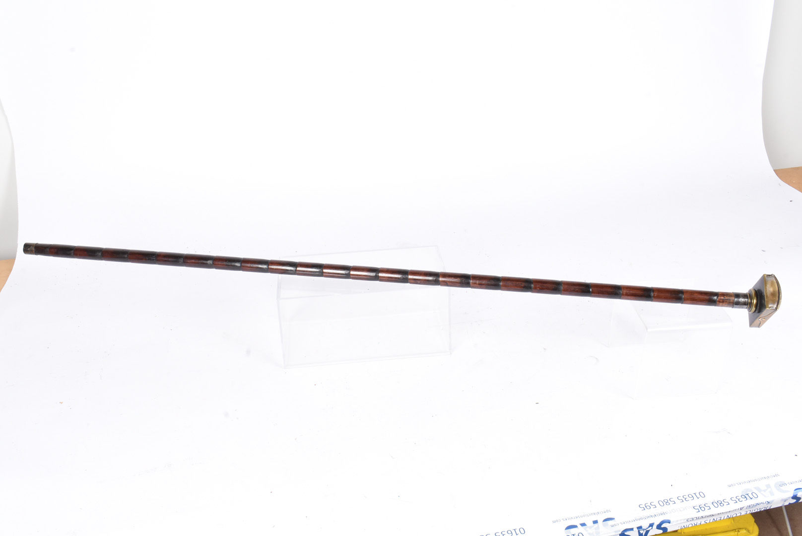 An early 20th Century walking cane, having razor box to the top, with white metal lion holding - Image 4 of 4