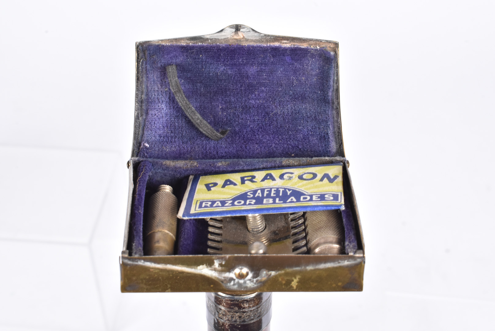 An early 20th Century walking cane, having razor box to the top, with white metal lion holding - Image 2 of 4