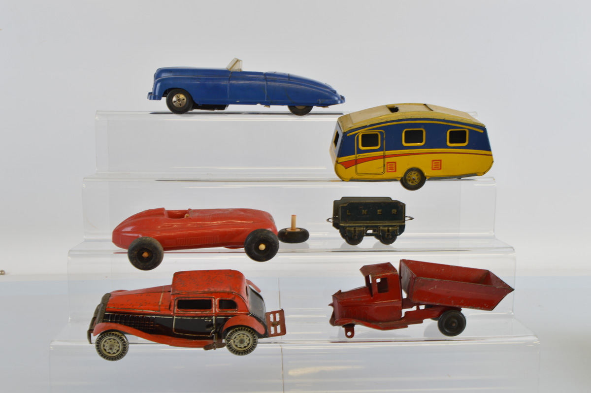 A collection of tinplate and plastic car toys, including Tri-Ang, Marx, etc (5)