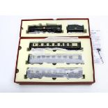 Hornby 00 Gauge Locomotive and Coaches from R1038 The Orient Express Box Set, comprising BR green