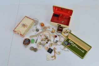 A quantity of assorted costume jewellery, including vintage jewellery boxes, synthetic pearls,