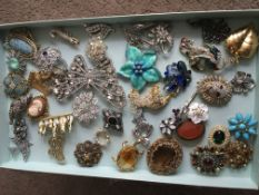 A collection of approx 40 brooches.