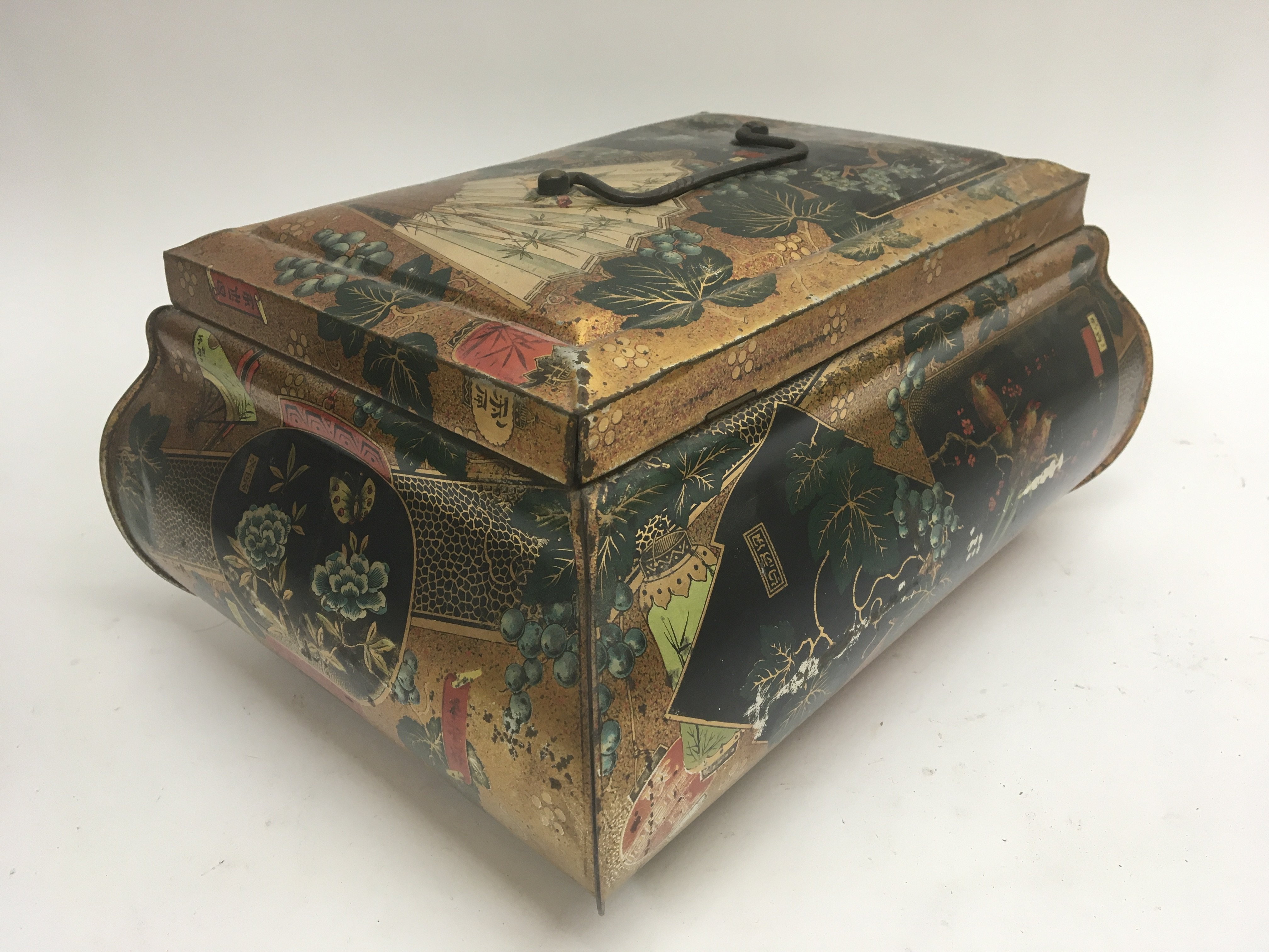An elaborate Chinese style vintage biscuit tin. 32 - Image 3 of 4