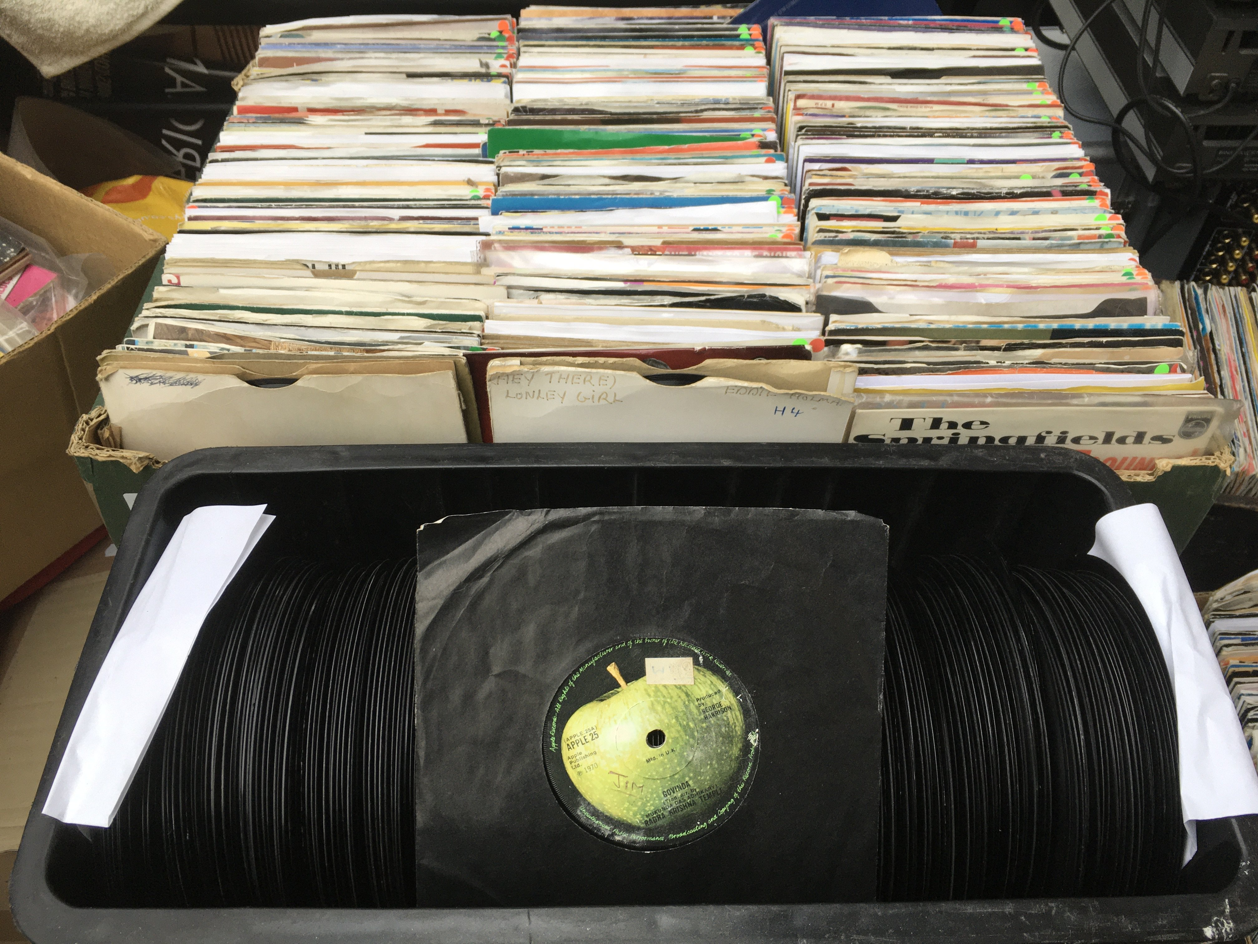 Two boxes of approx 600 7inch singles by various a