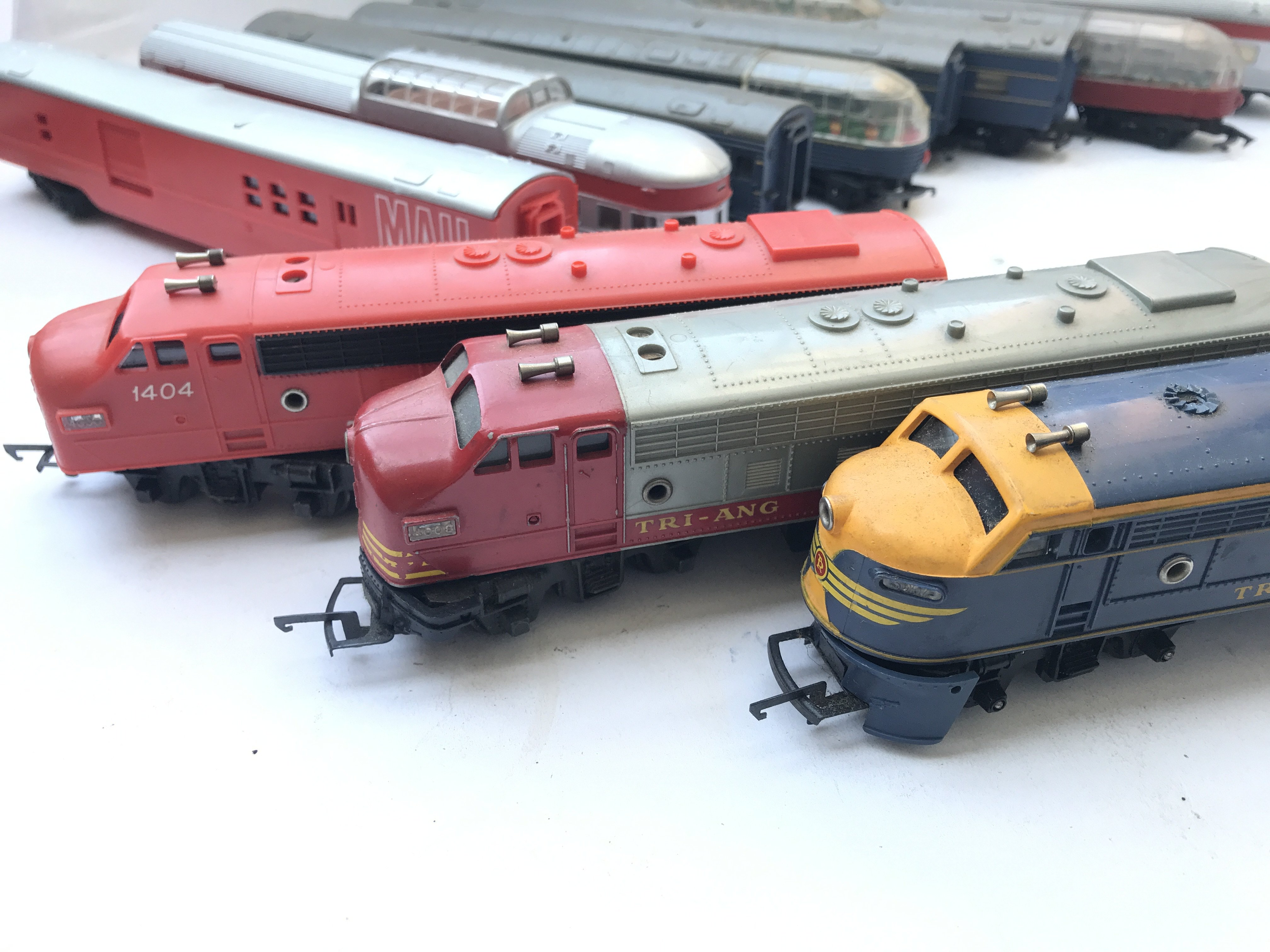 A Box Containing A Collection of 5 Tri-ang Hornby - Image 2 of 4