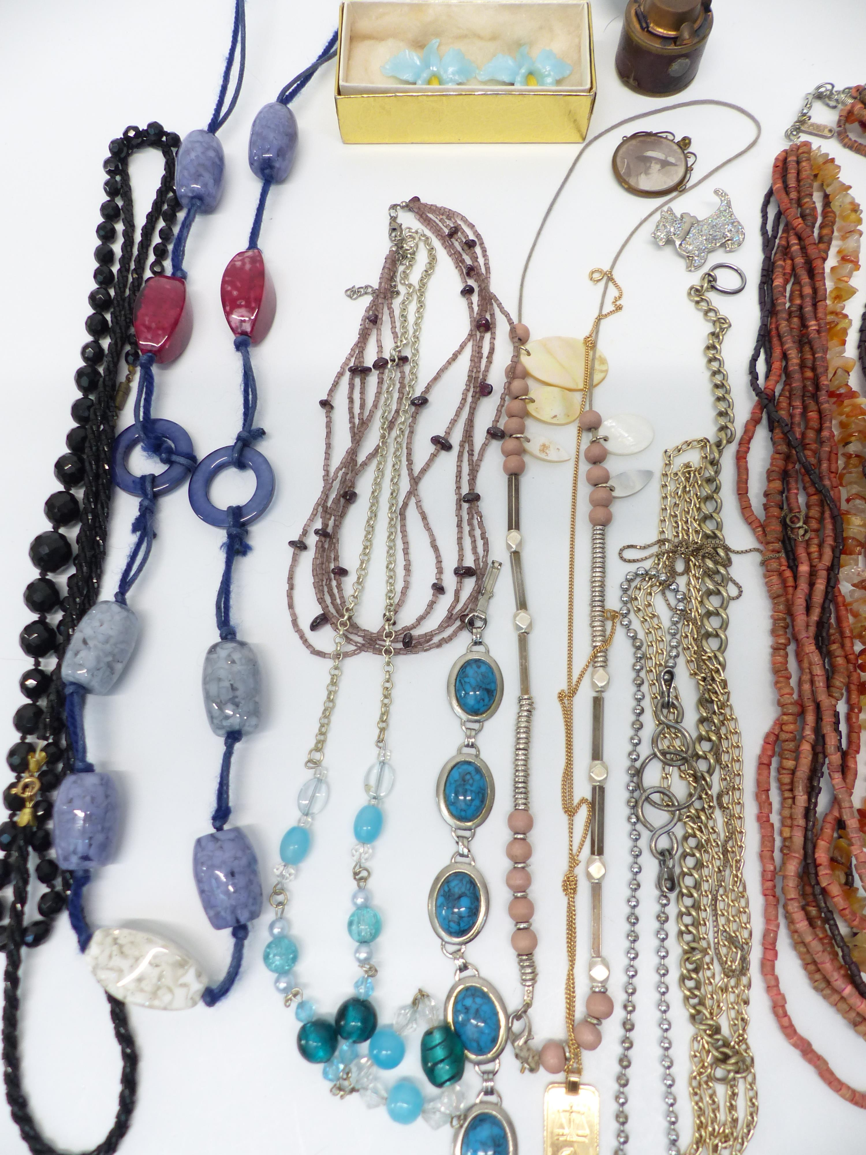 A collection of jewellery including necklaces, vintage brooches, etc - Image 3 of 4