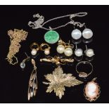A 9ct gold brooch, 9ct gold ring (6.1g), 9ct gold pendant set with a cameo, a pair of 9ct gold