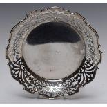 Edward VII hallmarked silver bon bon dish with pierced decoration, raised on three feet,