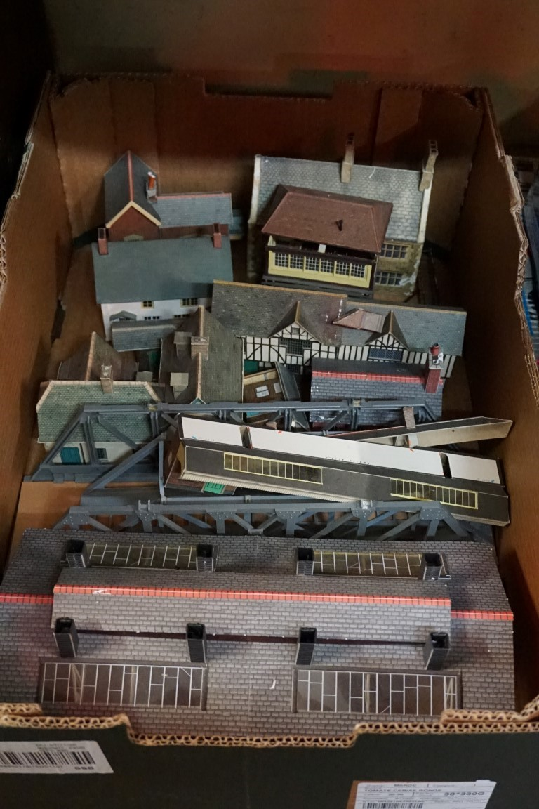 A large collection of 'OO' gauge buildings, footbridges and similar. (qty) - Image 4 of 5
