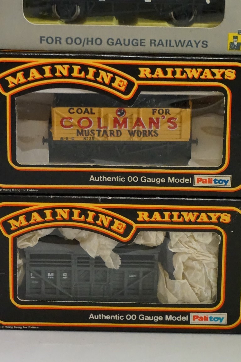 Seven boxed 'OO' gauge wagons, comprising: four Trix; two Mainline; and a Wrenn example. (7) - Image 2 of 7
