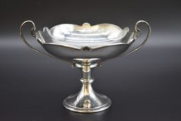 A silver twin handled tazza, by Charles Edwards, London 1913, 17.5cm diameter, 431g.