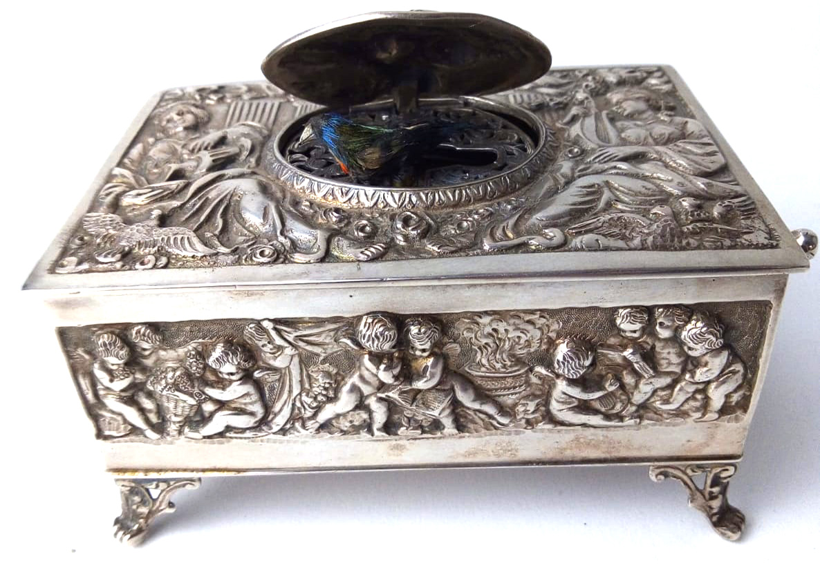 A LATE 19TH/EARLY 20TH CENTURY GERMAN SILVER SINGING BIRD MUSIC BOX Having embossed figural - Image 3 of 4
