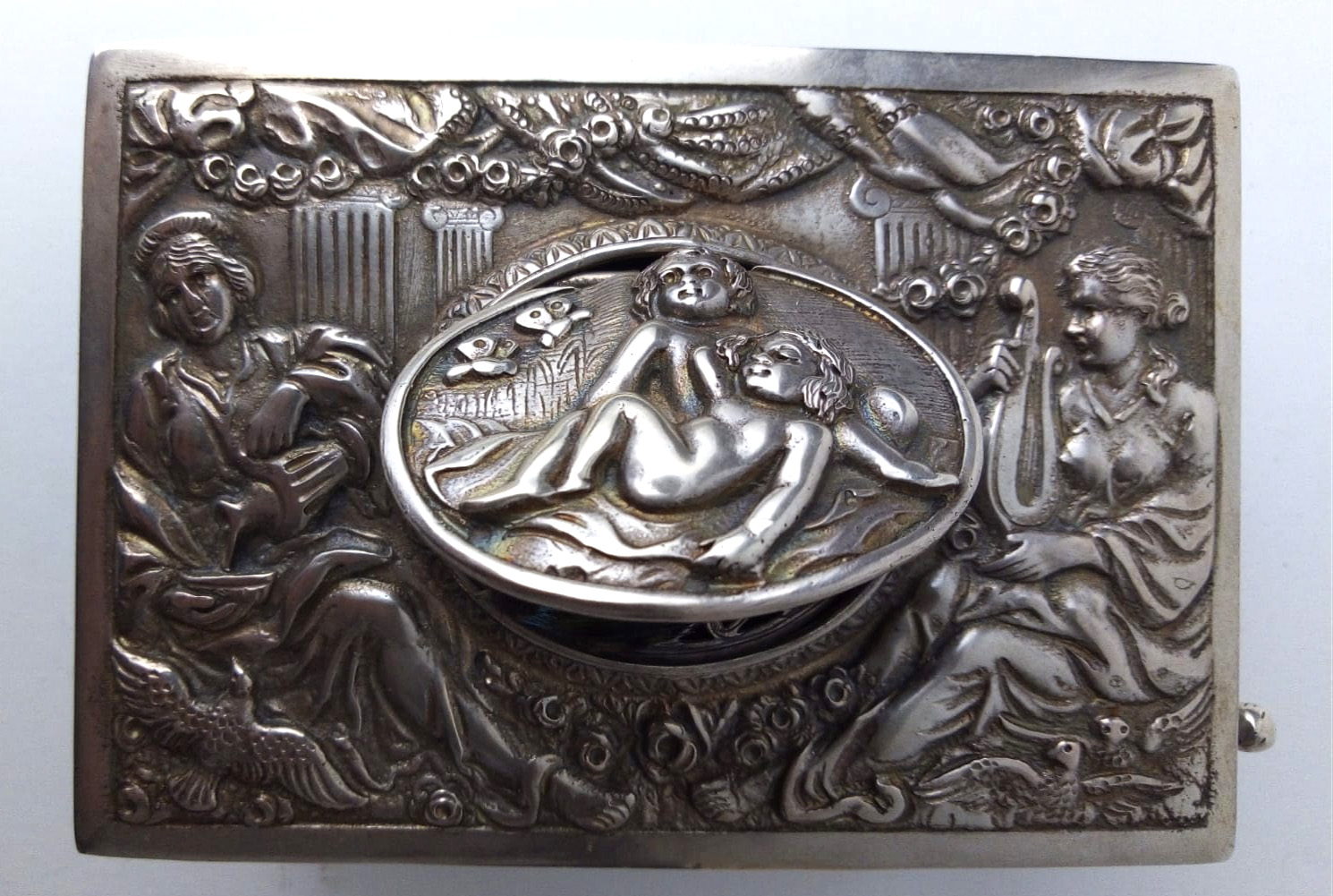 A LATE 19TH/EARLY 20TH CENTURY GERMAN SILVER SINGING BIRD MUSIC BOX Having embossed figural - Image 2 of 4