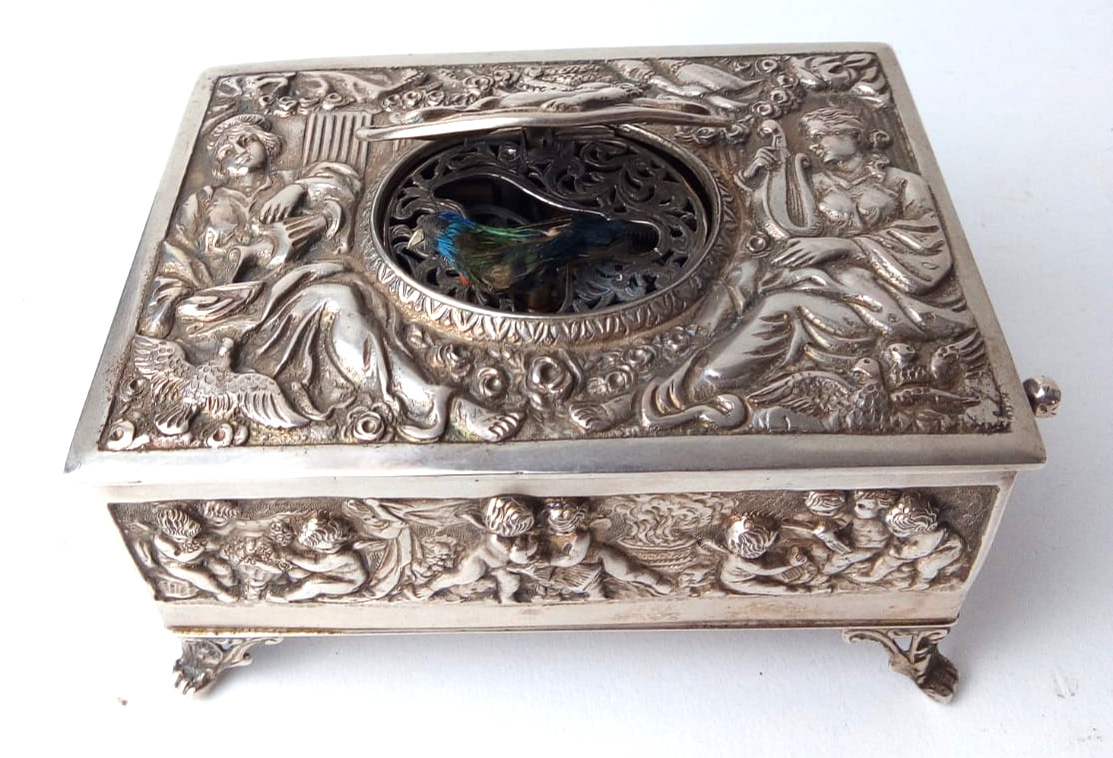 A LATE 19TH/EARLY 20TH CENTURY GERMAN SILVER SINGING BIRD MUSIC BOX Having embossed figural