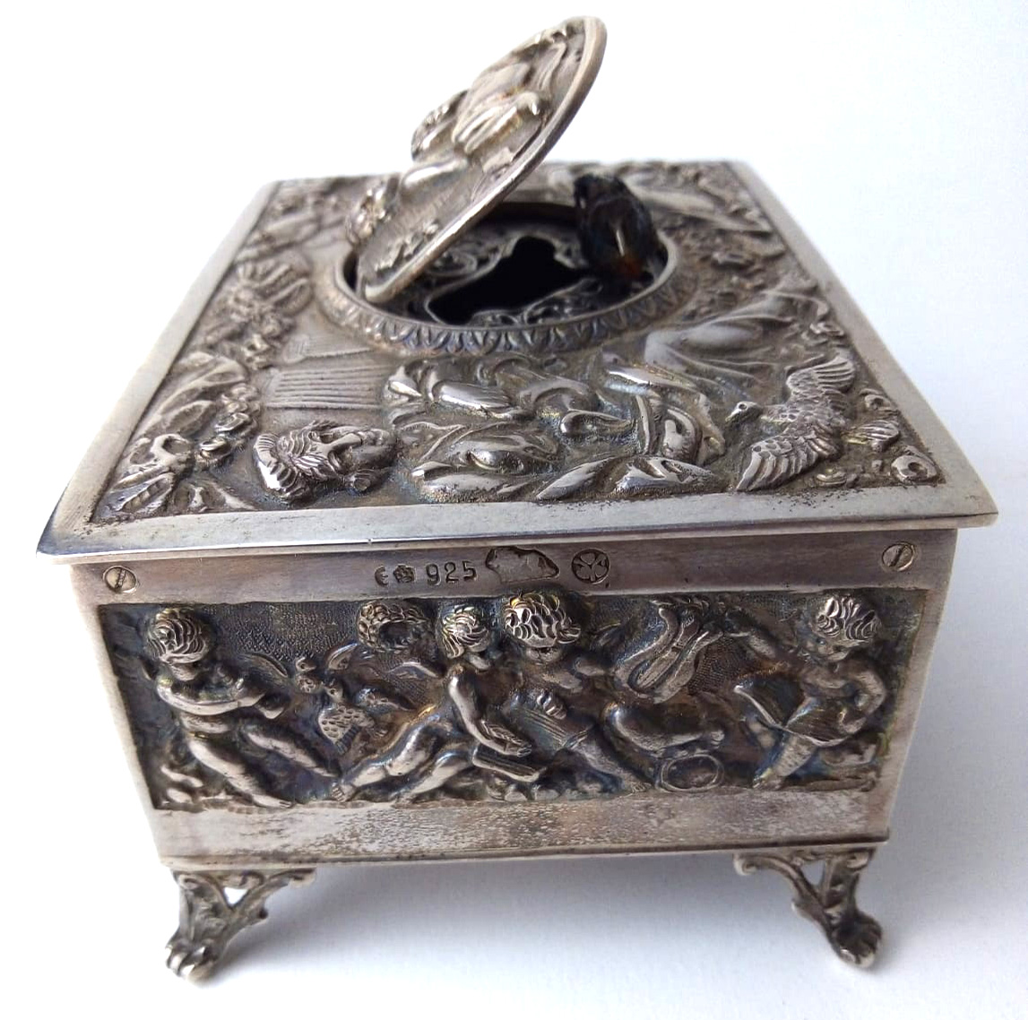 A LATE 19TH/EARLY 20TH CENTURY GERMAN SILVER SINGING BIRD MUSIC BOX Having embossed figural - Image 4 of 4