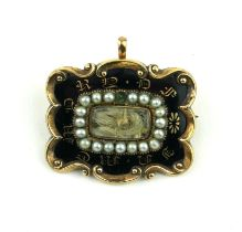 MOURNING BROOCH. Condition: cracked, one pearl missing