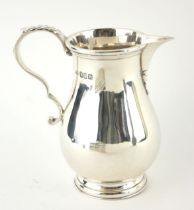 A FINE EARLY 20TH CENTURY BRITANNIA HALLMARKED SILVER BALUSTER CREAM JUG With Laaf capped scroll
