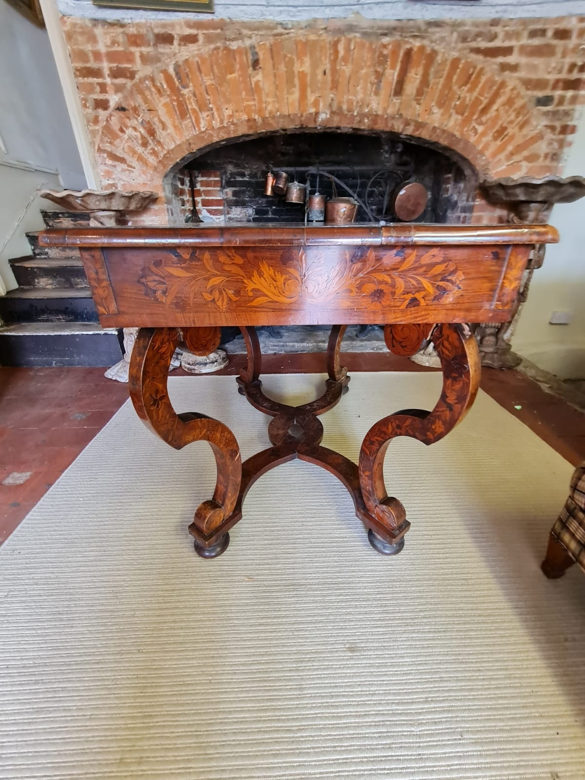AN 18TH CENTURY DUTCH WALNUT AND FLORAL MARQUETRY INLAID SIDE/WRITING TABLE The rectangular top - Image 6 of 6