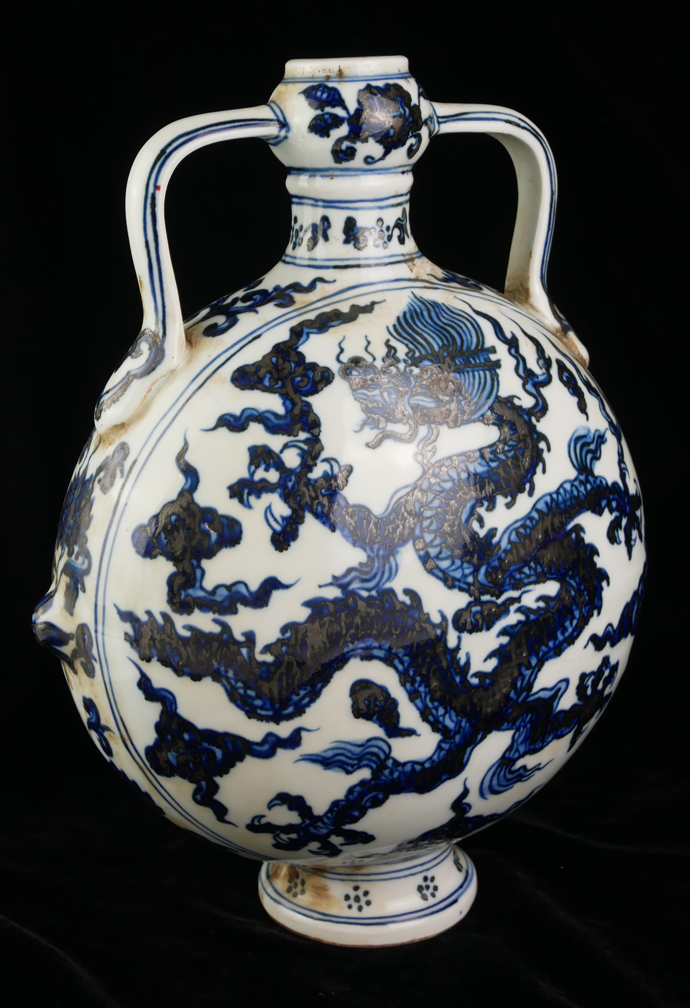 A 20TH CENTURY CHINESE BLUE AND WHITE PORCELAIN MOON FLASK Both sides decorated with Imperial dragon - Image 3 of 4