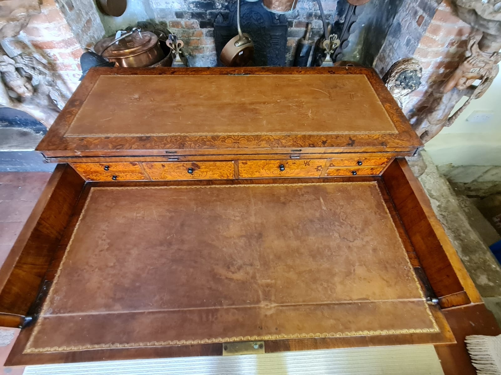 AN 18TH CENTURY DUTCH WALNUT AND FLORAL MARQUETRY INLAID SIDE/WRITING TABLE The rectangular top - Image 3 of 6