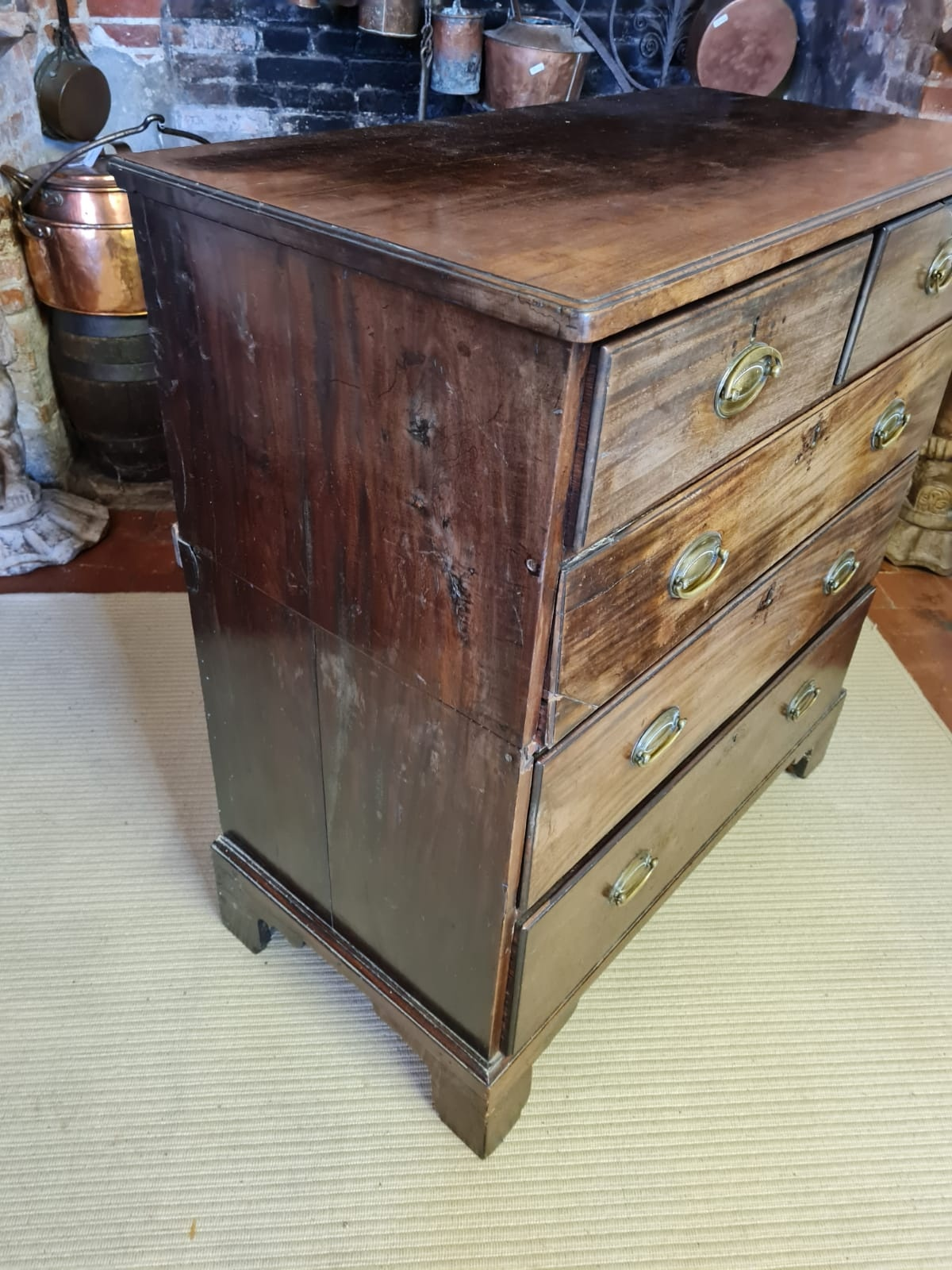 A GEORGIAN MAHOGANY CHEST OF TWO SHORT ABOVE THREE LONG DRAWERS. (93cm x 49cm x 103cm) Condition: - Image 2 of 4