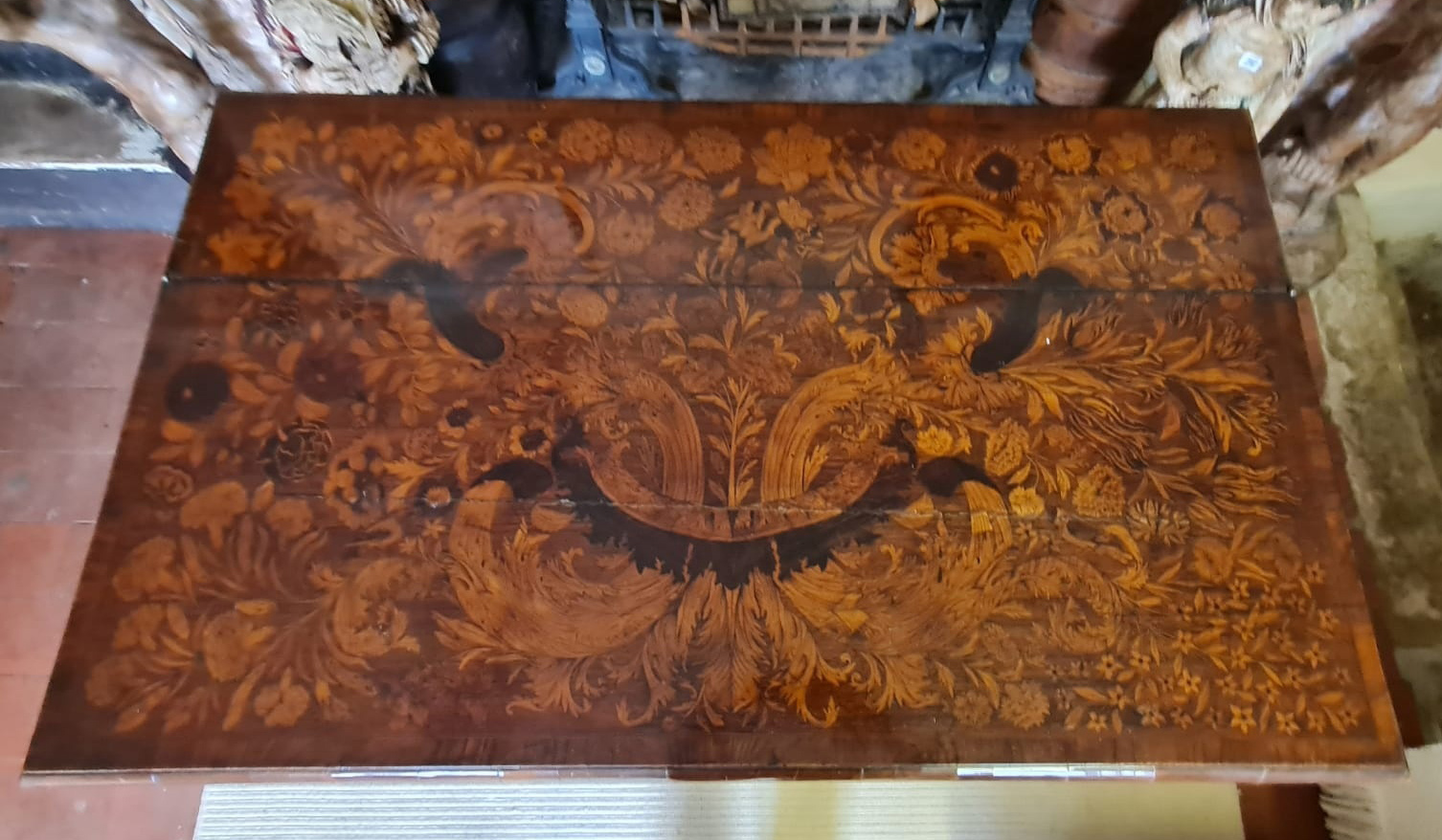 AN 18TH CENTURY DUTCH WALNUT AND FLORAL MARQUETRY INLAID SIDE/WRITING TABLE The rectangular top - Image 5 of 6