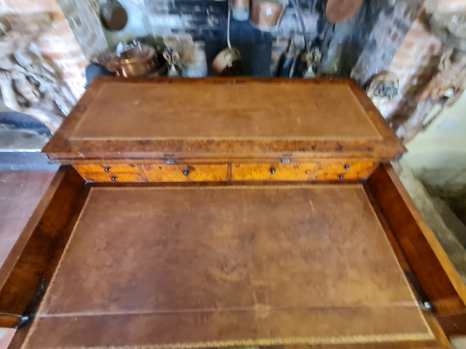 AN 18TH CENTURY DUTCH WALNUT AND FLORAL MARQUETRY INLAID SIDE/WRITING TABLE The rectangular top - Image 4 of 6