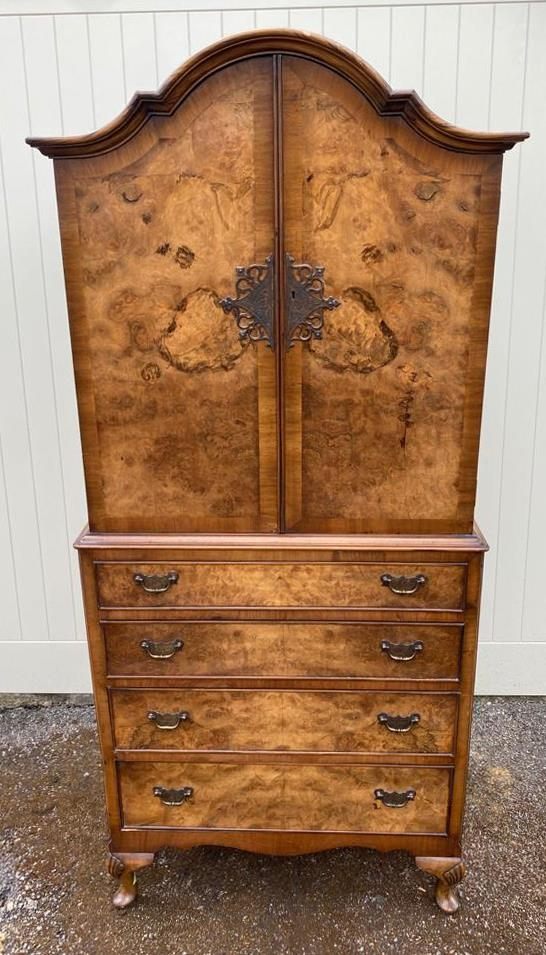 AN EARLY 20TH CENTURY QUEEN ANNE REVIVAL FIGURED AND BURR WALNUT CABINET The domed top above two