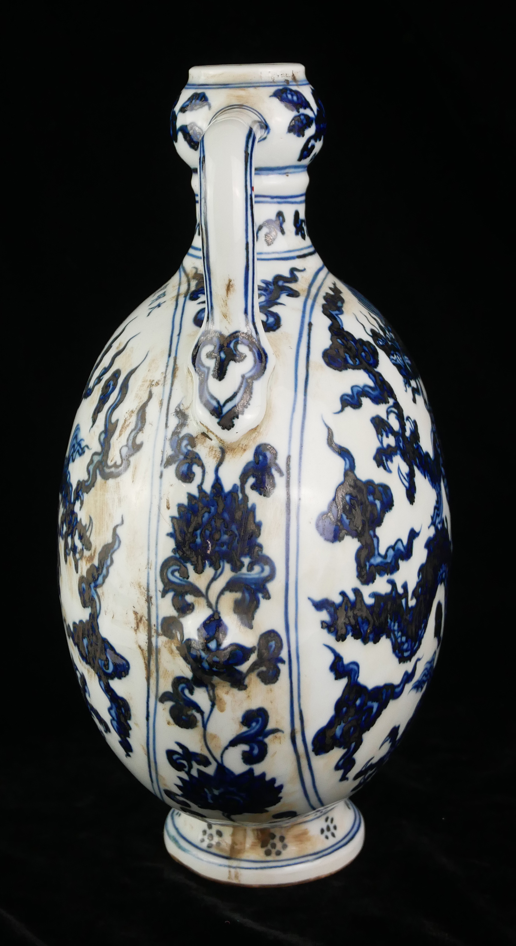 A 20TH CENTURY CHINESE BLUE AND WHITE PORCELAIN MOON FLASK Both sides decorated with Imperial dragon - Image 2 of 4