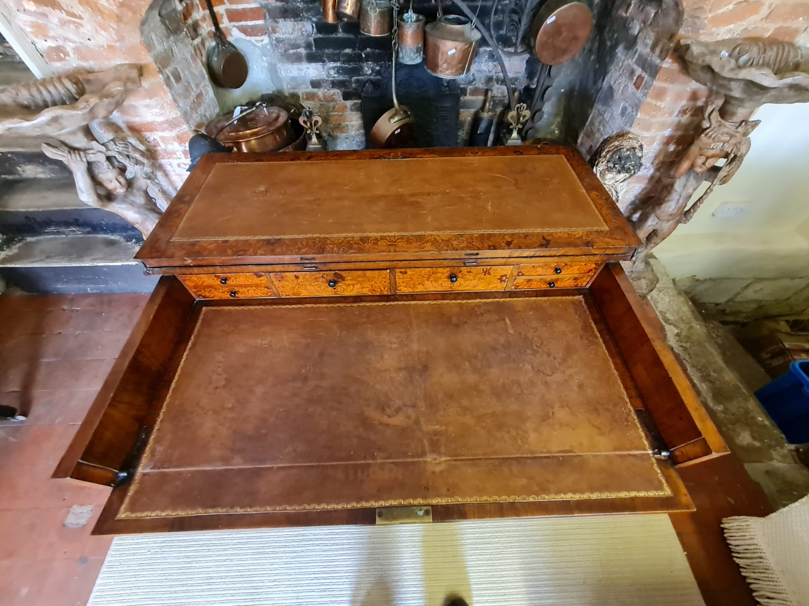 AN 18TH CENTURY DUTCH WALNUT AND FLORAL MARQUETRY INLAID SIDE/WRITING TABLE The rectangular top - Image 2 of 6