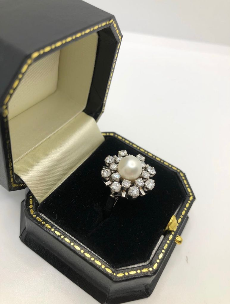 A 7.5MM AKPOYA PEARL AND 1.30CT DIAMOND RING, CIRCA 1970. (size J, G/I colour) - Image 3 of 5