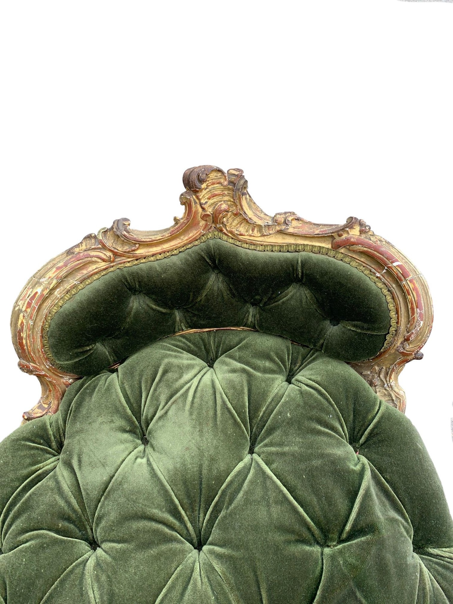 AN 18TH CENTURY FRENCH LOUIS XV ROCOCO CARVED GILTWOOD DUCHESSE DAYBED With button upholstery, frame - Image 4 of 8